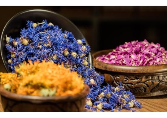 Sortierte Blüten für Tees in Schüsseln