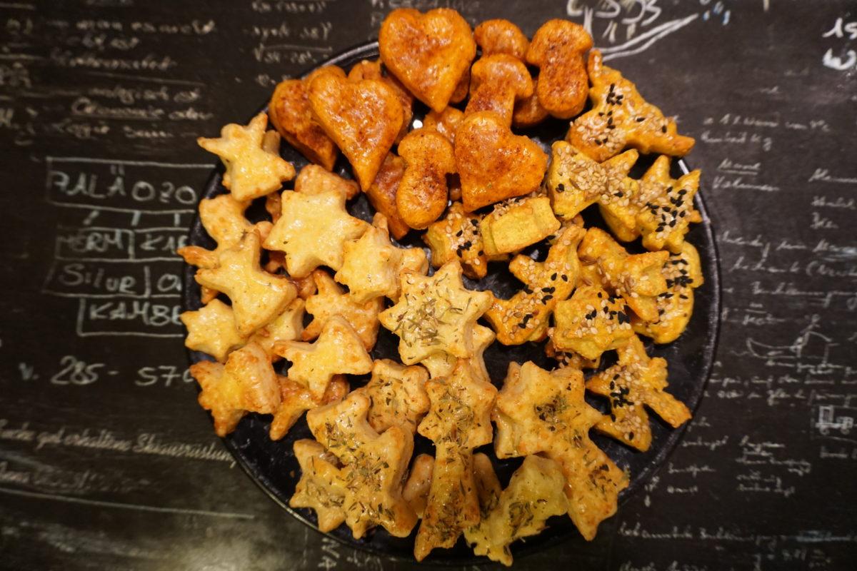 Diverse pikante Käsekekse auf einem Teller