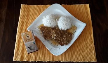 Naturschnitzel mit Reis auf einem Teller