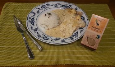 Rahmschnitzel mit Nelkenreis auf einem Teller