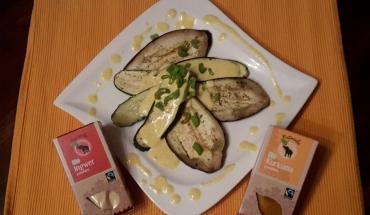 Ingwer-Kurkuma Joghurtschaum auf gegrilltem Gemüse angerichtet auf einem Teller