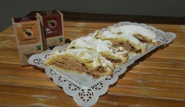 Muttis Birnen-Apfel-Schlang'l mit Staubzucker angerichtet auf einem Blech