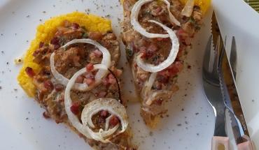 Herzhafte Schwammerl-Polenta-Tarte angerichtet auf einem Teller