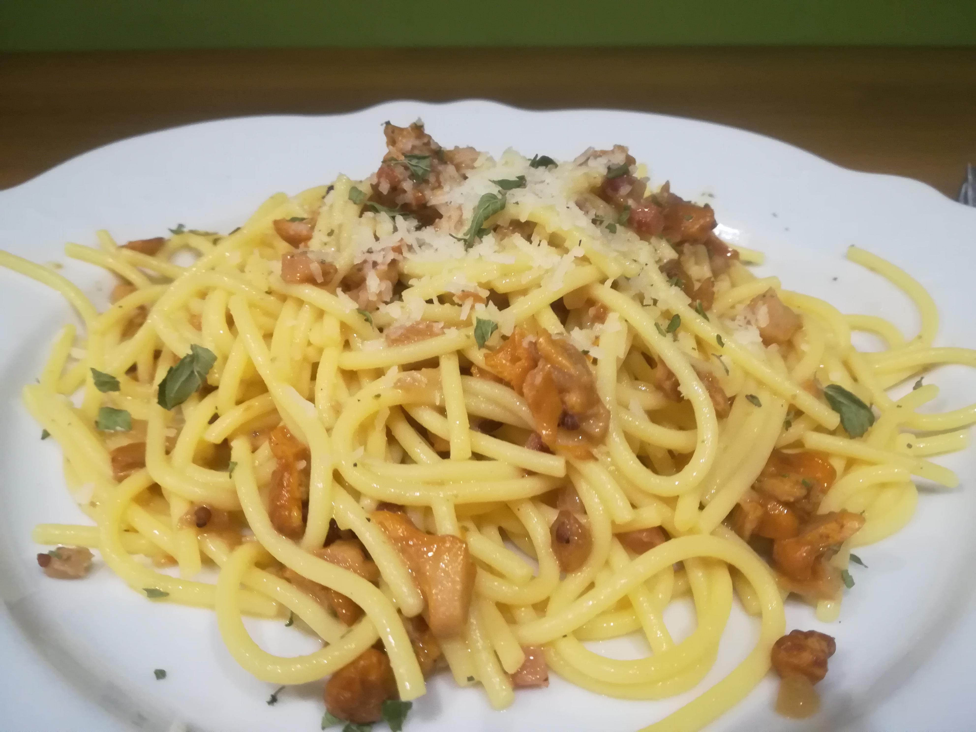 Spaghetti Carbonara mit Eierschwammerl angerichtet auf einem Teller
