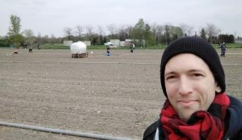 Urban Gardening in Wien: Michi von URfair vor Bio Selbsternte Parzelle vom Biohof Radl